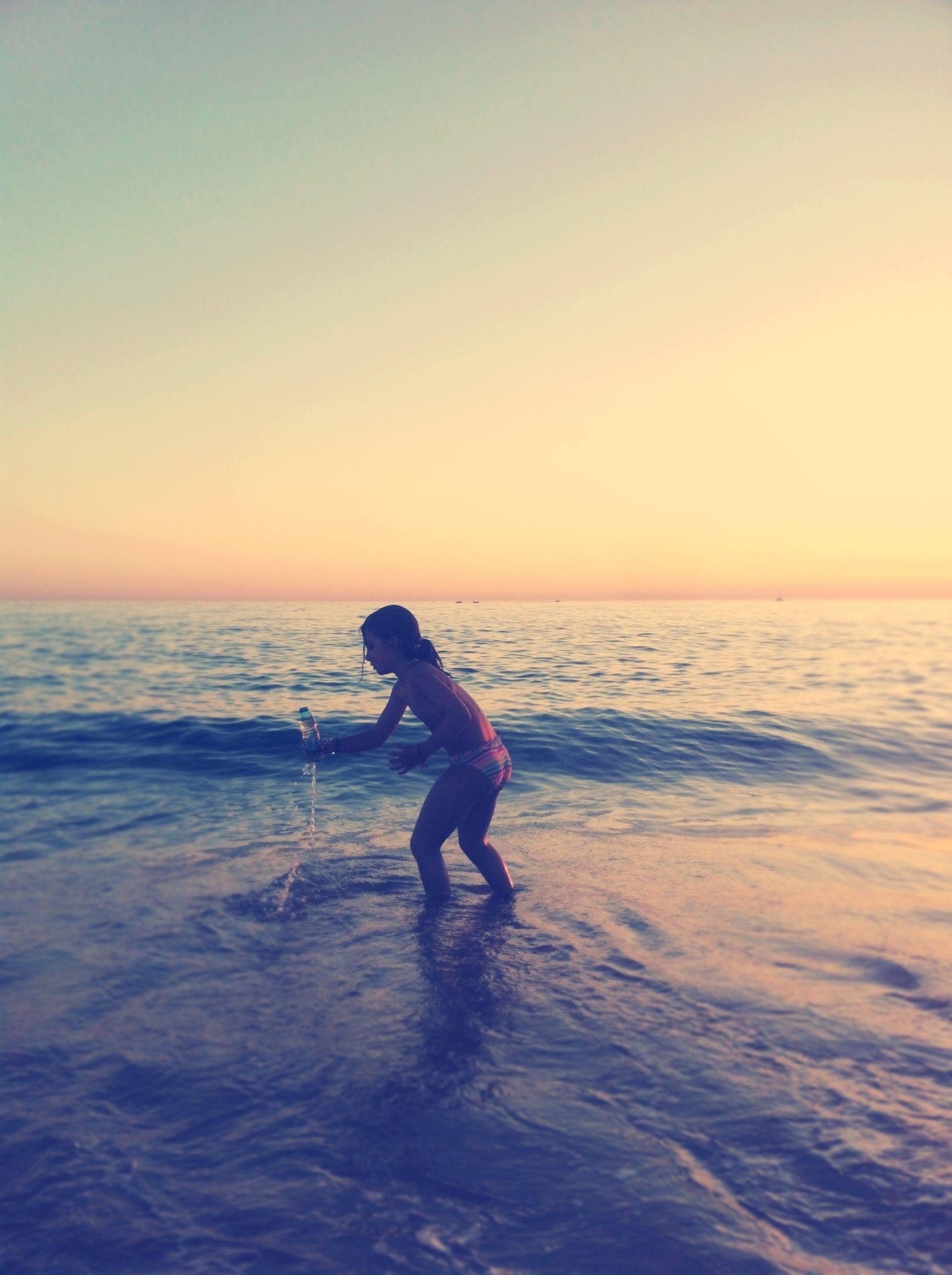 sea, water, horizon over water, beach, full length, sunset, leisure activity, lifestyles, shore, clear sky, scenics, tranquil scene, tranquility, copy space, beauty in nature, wave, nature, vacations