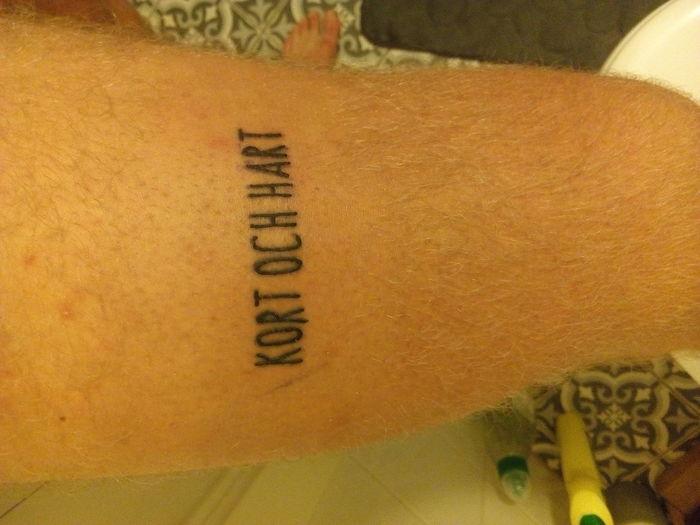Jag har gjort en oseriös tatuering på benet. Och en smiley från watchmen på magen.Tatueraren glömde pricken över A. Men jag är nöjd endå. Även att jag inte passar i tatueringar, alls.