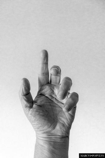 Título: Libertatem. Autor: Marcus Populus Lugar: Marcus Populus Studio. Madrid, Spain.. Cámara: Lumix DMC-TZ60 Punto F: f/3.3 Tiempo de exposición: 1/13s Velocidad ISO: 100 Distancia focal: 3mm Day Human Body Part Human Finger Human Hand Men One Person Outdoors Palm People Real People Studio Shot