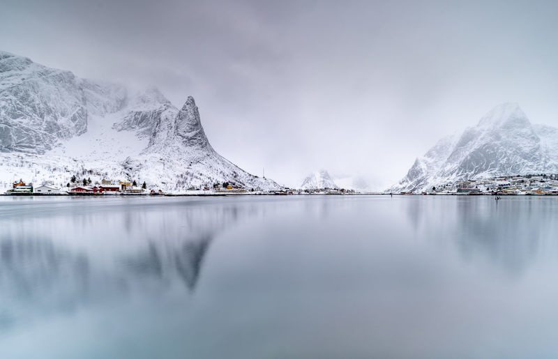 Silver Mountain II Reine - Norway 有时最简单的照片是最难拍的。 Silver Mountain Mountain Mountain View Reine Reine In Lofoten Norway Norway🇳🇴 Norway Nature Norwaynature Reflection Long Exposer Shot Winter Snow