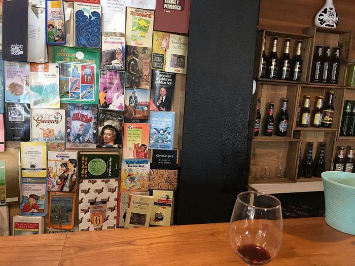 Mural de libros en un bar