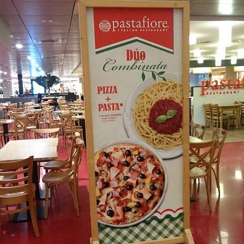 Комплексный обед:) паста плюс пицца. Это в барселонском аэропорту.