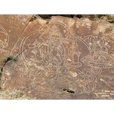 мое писанные_камни Тамгалы́-Та́с (каз. Тамғалы-Тас, «камни со знаками/писанные камни») — урочище у реки Или в 120 км к северу от города Алматы, где на скалах сохранилось множество петроглифов, изображений таинственных божеств, поздних буддистских надписей.