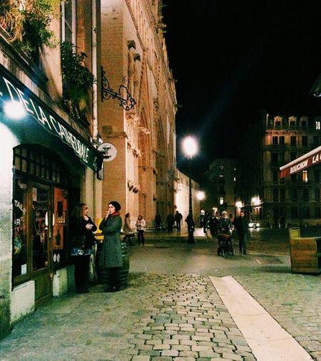 Au café de la cathédrale (2014). Vieux Lyon, vieux 'view'. Bao lâu rồi ko đi tới đây?? 😹 Lyon Church Night Vscocam France Onlylyon Oldcity Vintage Postcard Street Coffee Bellevue Vscogood Vscofrance