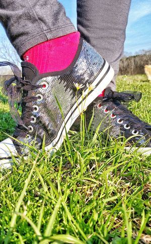 Low Section Grass Real People Nature Outdoors Growth Beauty In Nature Leaf Close-up Shiny Surfaces Silver Shoes Shoes Footwear Outerwear Shiny Pair Of Shoes Shiny Shoes Glittering Silver  Textures And Surfaces Favorite Favorite Shoes Surface And Texture Glitter & Sparkle Pattern Lieblingsteil