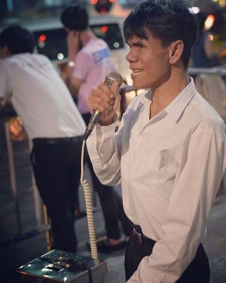 Streetsinger Bangkok Streetartist Streetsinger Singer  Song Music Musician City Street Streetphotography Streetphoto Photo Picture Portrait Poor  Mentalillness ASIA Bangkok Thailand