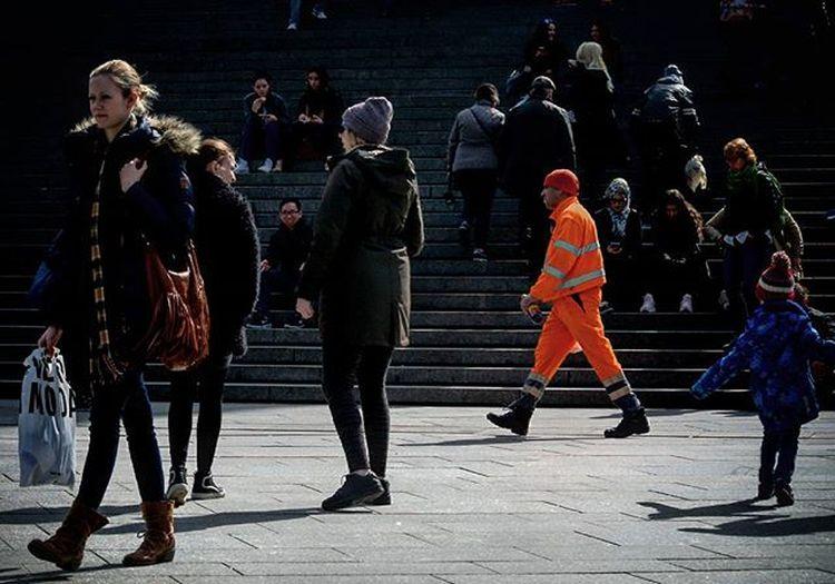Die Farbe der Saison Orangeisthenewblack Streetphotography Straßenfotografie Köln Cologne Domtreppen Kölnerhauptbahnhof Frühling Spring Müllmann Müllabfuhr Sonne Sun Orange