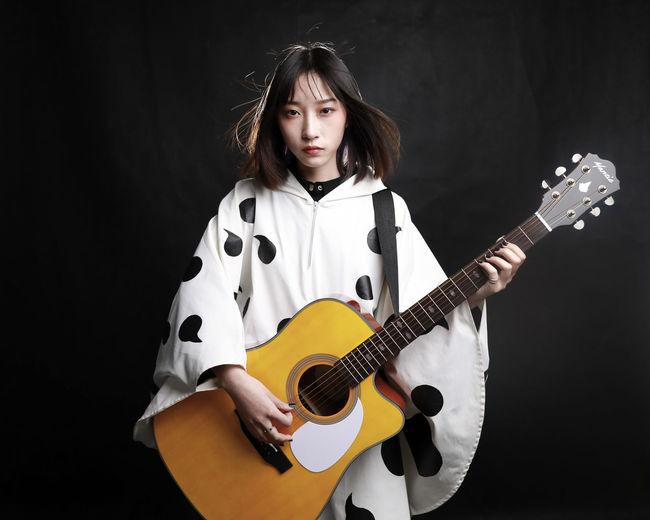 酸欠少女 さユり Musician Black Background Popular Music Concert Electric Guitar Guitar Musical Instrument Portrait Rock Music Studio Shot Music