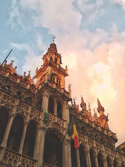 Architecture Travel Destinations Built Structure Building Exterior Tourism History Low Angle View Gold Colored City No People Vacations Travel Sky Golden Hour Grand-Place Of Brussels Bruxelles Gothic Architecture Unesco World Heritage The Architect - 2017 EyeEm Awards Maison Du Roi King's House Neo-Gothic Belgian Flag