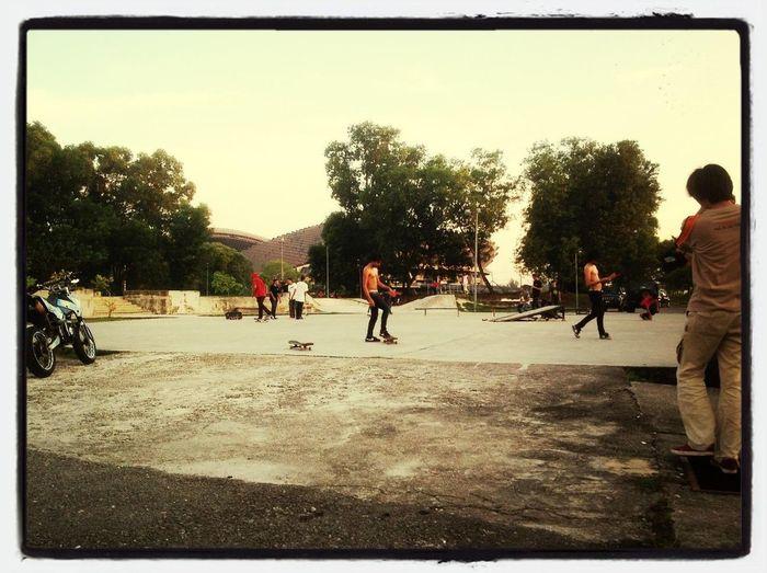 Dwen skateboarding