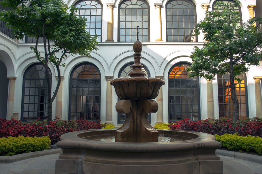 Allá en la fuente había un chorrito, se hacia grandote se hacia chiquito. Antique Architecture Architecture Classical Architecture Colonial Architecture Fountains History Ornate Sculpture Symmetry