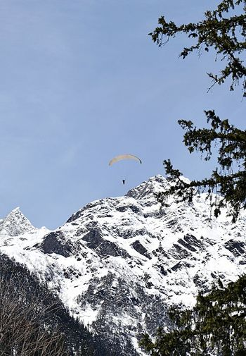 Paragliding Snow Winter Mountain Day Nature Snowcapped Mountain Outdoors Cold Temperature Beauty In Nature Tree Sky Himachal Pradesh, India Springtime India Landscape Beauty In Nature Streetphotography Selective Focus Long Exposure Zoomthelife