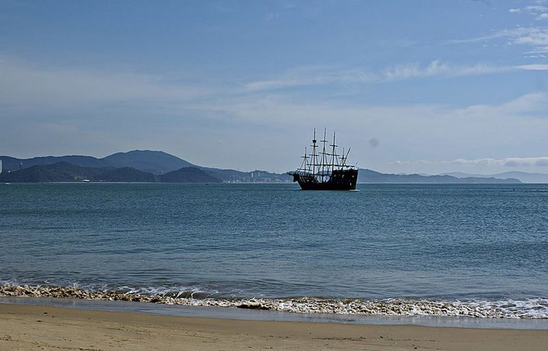 Praia das Laranjeiras- SC, navio pirata. JUL/2013 Beach Day Nature Navio Pirata Praia Das Laranjeiras Santa Catarina, Brazil Sea