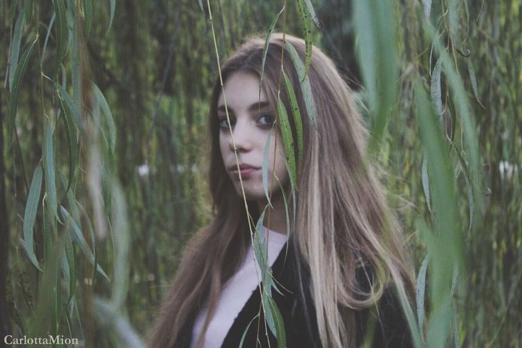 Light One Person Young Adult Long Hair Real People Young Women Tree Lifestyles Blond Hair Leisure Activity Nature Beautiful Woman Day Outdoors Close-up Dyed Hair Bionda Margherita Shooting Ragazza Photo Foglie Autumn Eye Fotografia -CM