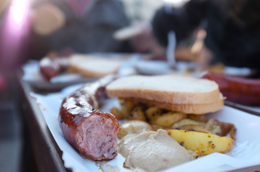 Sausage, potatoes and bread on a paper plate - outdoor lunchtime snack from a market food vendor Fast Food Lunch Snack Snack Time! Bread Food Food And Drink Food Market German Food Market Food Market Stall Food Meat Outdoor Eating Paper Plate Plate Polish Football Potatoes Ready-to-eat Sausage Wurst
