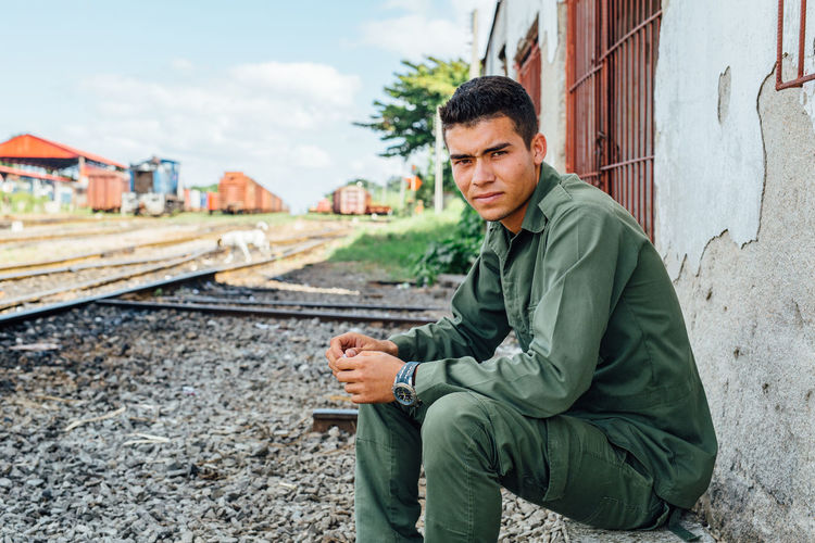 Estudiante, chillin. #eabreutravels #EabreuCuba #cuba #santaclara #travelphotography ##photography #photographer #cubanlife #cuba🇨🇺 #canon5dmarkiii #canon_official #canon_photos #canonphotography canonphoto Men Railroad Track Only Men One Man Only Business Finance And Industry Sitting Portable Information Device Beard Smart Phone Adult Portrait One Person Human Hand Technology Human Body Part Outdoors People Day