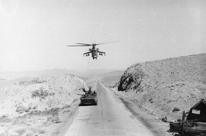 35mmfilmphotography Udssr 1986 AFghanistan Millitary helicopter 1985 IFV Mi-24 СССР ОКСВА 1986 Сопровождение автоколонн Вертолет Ми-24 БМП