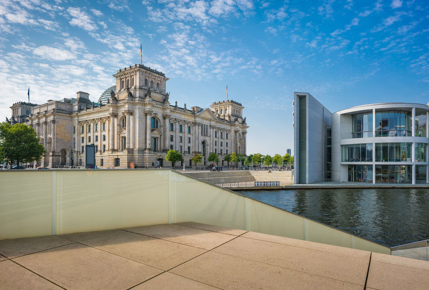 das Reichstagsgebäude in Berlin am Ufer der Spree Berlin City Gebäude Himmel Stadt Architecture Building Exterior Built Structure City Cloud - Sky Day Government Outdoor Outdoors Sky Streetphotography Tourism