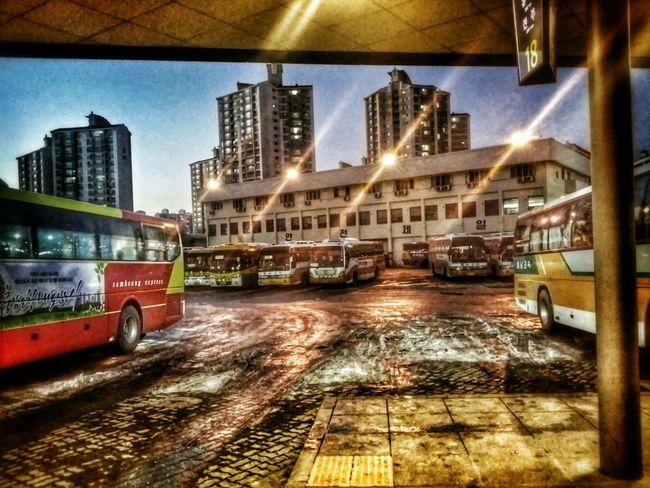 저녁, 터미널, 녹은 눈, 언 불빛, 어디론가 오고가는 사람들. Evening, The Terminal, melted snow, frozen lights, the people come and go somewhere.