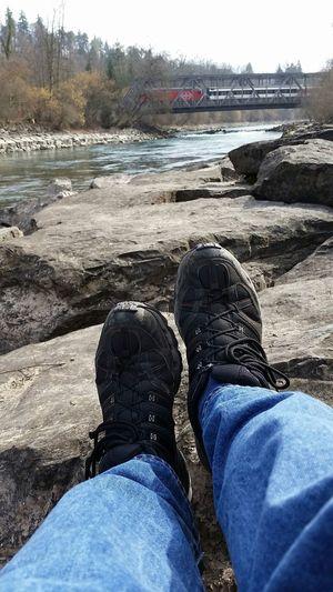 Relaxing an der Aare bei Uttigen Shoes Footwear Bridge Railway Aare Relaxing Schuhe  Füsse Eisenbahn Brücke