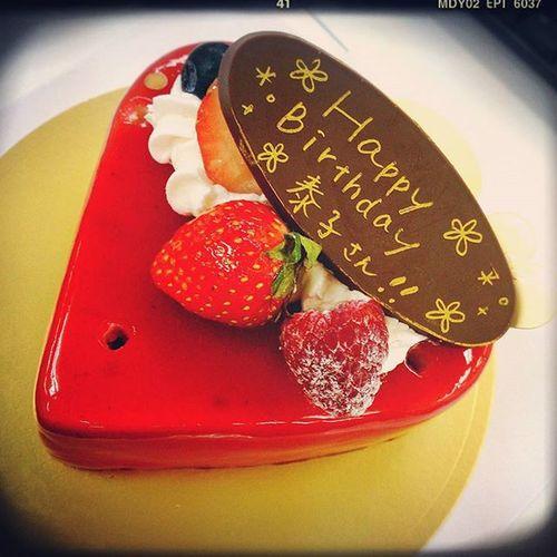 昨日30歳の誕生日を迎えました~♪ いつもと変わらぬ仕事をして、普通通りに迎えました。 会社の皆様にお祝いのcakeとプレゼントを頂きました。 今の会社はお誕生日や記念後とをお祝いする文化があって素敵です。 それにそのために、忙しい合間を塗って企画進行...頭が下がります。 もったいないくらいの素敵なcakeで♪ ラズベリーの香りと甘酸っぱさがたまらなく美味しかったです♪ 一つ歳を重ねただけで、何が変わるわけでもありません。 今年は...先入観をもたずに、色んな物事や人との出会いを楽しんでいきたいと思います(*^^*) けっこう人見知りや、自分の視野が限られていることに今更ながら気がつき(笑)。 少しずつ変化していけるように頑張ります。 長くなりましたが、お付き合い頂くすべての皆様。 本当にありがとうございます。 今後ともよろしくお願い致します(^^) ありがとうございます HappyBirthday Bd 19850925 両親家族に感謝 ご先祖様ありがとうございます 感謝 Cake ラズベリー 甘酸っぱい 생일 축하합니다 감사 39