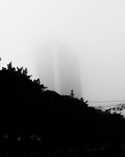 Foggyday Tunisia IgersTunisia Skycreapers Fog و فجأة تطلعلك لفريكا :)