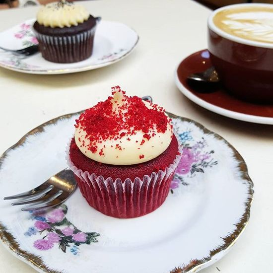 Cupcakes can't really be considered breakfast food, can they? ☕☕ Redvelvet Blackvelvet Brekky HappyFriday Cupcakes Degraves Cantforgetaboutcoffee