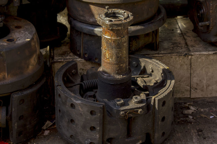 Old engine rusted on the floor Damaged Equipment Factory Fuel And Power Generation Industrial Equipment Industry Machine Part Machine Valve Machinery Manufacturing Equipment Metal Metal Industry Obsolete Old Old Engine Old Engineering Power Supply Run-down Rusty Technology
