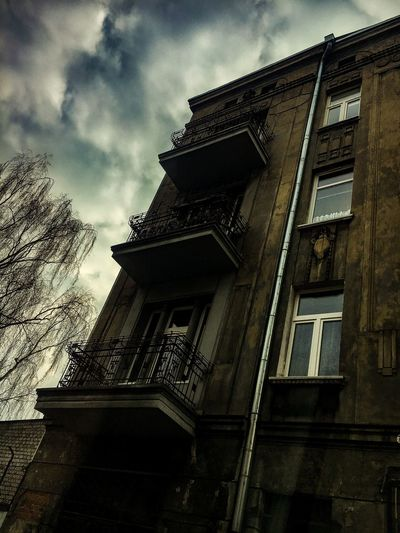 Kamienica Old House Old Buildings Okna Stary Dom Dzien Chmury Kamienica Low Angle View Architecture Building Exterior Built Structure Sky Cloud - Sky No People Day