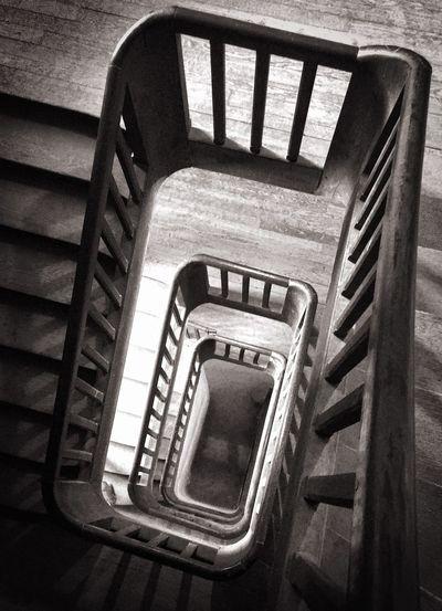 Stairs Castle Blackandwhite Noir Et Blanc Plongeant l'escalier de la grande tour du château de ST Fargeau vue d'en haut.