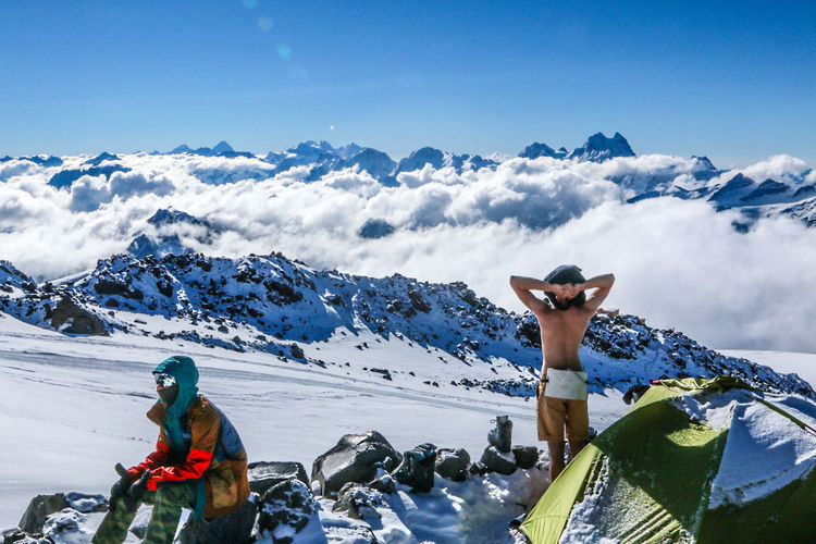 People And Places Snow Mountain Cold Temperature Winter Rear View Snowcapped Mountain Clear Sky Mountain Range Season  Men Challenge Blue Scenics Cloud - Sky Nature Tranquil Scene Adventure Day Tranquility Vacations