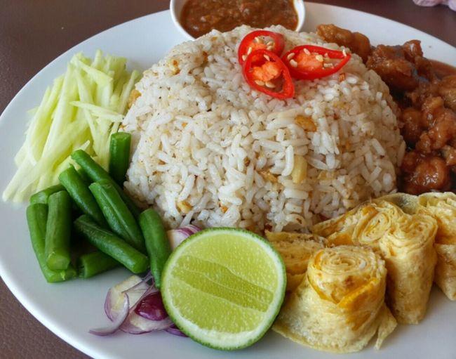 Nasi goreng balacan Food And Drink Foodphotography Food Foodtrip HealtyFood Foodlover Hanging Out Enjoying Life Rice Egg sambal#asian#manggo#bean#balacan#chicken#thai#malaysia#borneo
