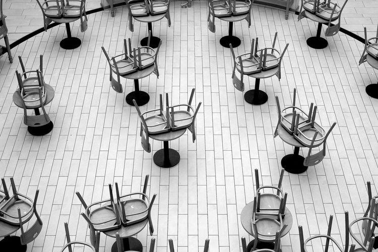 Titel: CLOSING TIME Cafe Closingtime Grafik Ladenschluss Restaurant Ruhe Stillleben Stühle SW