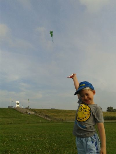 Kite Boy Boys Casual Clothing Childhood Day Drachen Drachensteigen Field Grass Kiting Leisure Activity Lifestyles Nature One Boy Only One Person Outdoors People Playing Real People Sky Standing