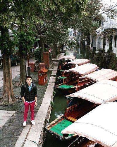 Kalau nak datang sini dari Shanghai better amik day tour saja sebab harga kalau pi sendiri dan tour lebih kurang saja... Nak amik kat mana? Ok...Turun dekat Caoxi Rd station (Line 3) pastu akan nampak satu bangunan Shanghai Bus Tour Centre. Beli kat situ saja..Harga = 150 Yuan (harga termasuk admisson fee 100 Yuan). Perjalanan mengambil masa 1 jam lebih bergantung kepada trafik. Nak pi sendiri boleh tapi leceh sebab Suzhou ni pekan kecik saja (tiada metro) dan Zhouzhuang Water Town ni dalam 2 jam dah abis explore. Thisisreef Mylifemypassionmynameisreef Suzhou Zhouzhuang