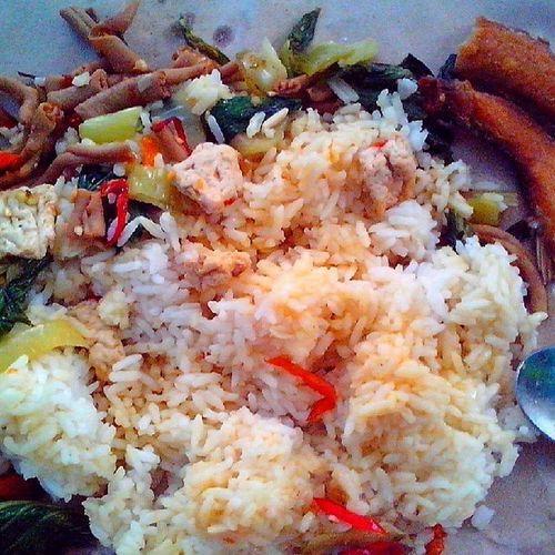 Mskdimur: makan siang murah. Nasi sayur plus oseng usus pedas dan ikan asin only 5.500 rupiah Hoho Jogjaku Kuliner Rumahan Ngangenin instafood