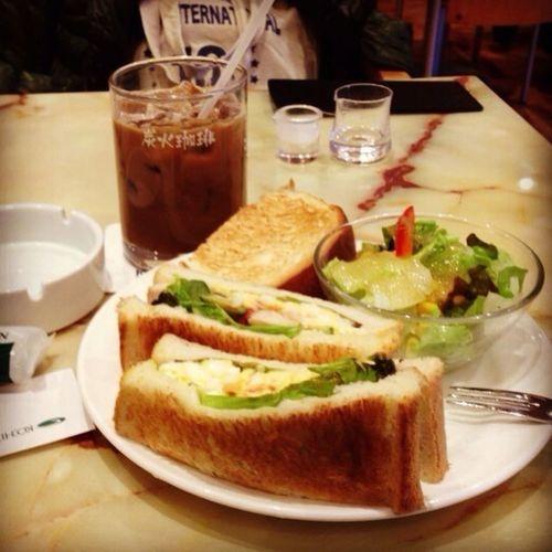 東京に戻ってきました。てきとうにランチを。 回到東京了。隨便解決午餐。