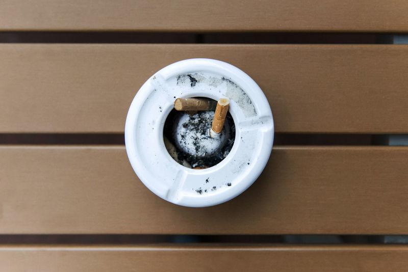 Aschenbecher Brauner Tisch Brown Table Holztisch No Humans Pause Table Weißer Aschenbecher Wood Zigaretten Zigarettenstummel Zwei Zigaretten
