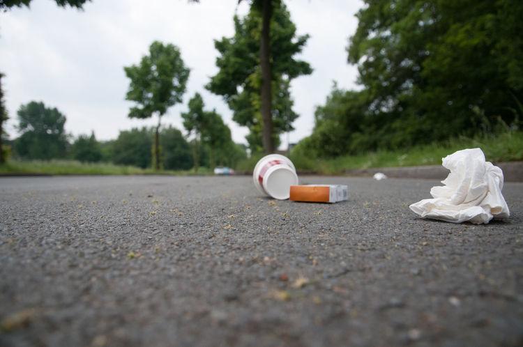 Papiermüll Zigarettenstummel Becher Mülleimer Dreckspatz Sau Umweltverschmutzung Wegwerfen Verschmutzung Müll Straße Environmental Pollution Close-up Dirt Outdoors Road Street Waste
