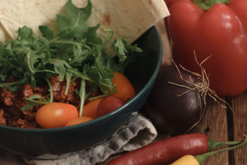 Spice Food Variation Vegetable Herb Healthy Eating Close-up Preparation  Chili Pepper Dish Ready-to-eat Sweet Pepper Wooden Background Bowl Salad Healthy Food Tomatoes Freshness Red Onion Beautifully Organized Textile Red Onions Tortilla - Flatbread Chili Con Carne Beef