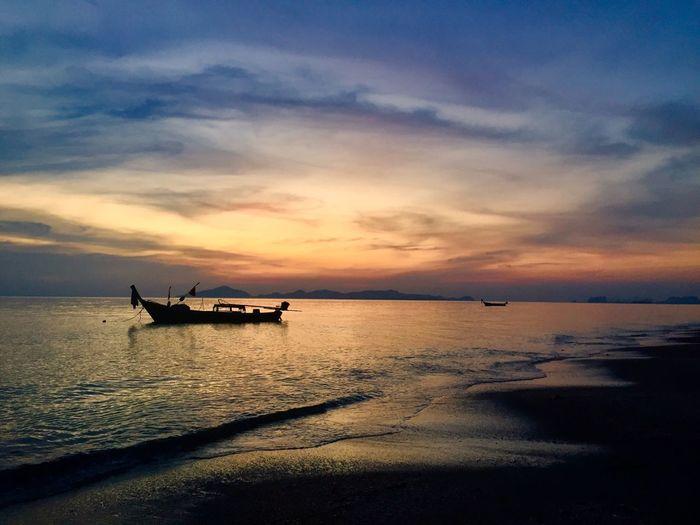 คลื่นทะเล.. ทะเล ทะเลแสนงาม ท้องฟ้ายามเย็น พระอาทิตย์ตก พระอาทิตย์ตกดิน หาดทราย เรือหางยาว
