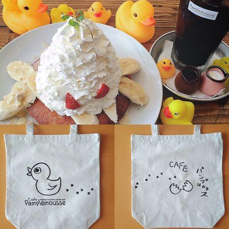 秋田山形日記 DAY 3 Pamplemousse⑥ パンプルムゥス店内を、たっぷり写真に撮って思い出づくり🐤🐤🐤📱✨ お待ちかねのパンケーキが焼けたようなので、席に戻りました🐤🍳🍰✨ わたしがオーダーしたのは、パンプルムゥスの定番パンケーキ『いちご&バナナ&マウンテンクリーム』と『アイス珈琲(自家製ブレンド)』です🐤🍳🍰✨✨ もりもりのクリームが、ほんとうにマウンテンでした!🗻😆👍🏼 いちごもバナナも、たくさんトッピングされてる満足感🍓🍌 主役のパンケーキは、まわりはカリカリ香ばしく焼いてあり、なかはふわふわもっちり食感で、甘すぎないぺろりパターンの、ボリューミーなパンケーキでした!🍽😋✨ とにかくおいしくて、大満足🐤🍳🍰😆👍🏼 自家製ブレンドのアイス珈琲も、大好きなブラックのままゴクゴク飲みました🍦☕️😘 パンケーキとコーヒーは、よく合いますね〜🍳🍰☕️😍 旅行では必ず、かわいいカフェに行くと決めているので、今回のパンプルムゥスは幸せすぎました🐤💖💖💖 記念に、オリジナルのトートバッグを買いました🐤🛍✨ 表裏どちらもかわいらしい🐤🐤🐤 おなかも心もiPhoneも、素敵な思い出になったパンプルムゥス。 そろそろ秋田とお別れです🚗💨 まだまだ旅行記は続きますよ〜😚👉🏼👉🏼 つづく。 秋田山形日記 秋田 Pamplemousse パンプルムゥス パンプルムゥス秋田 パンケーキ アイス珈琲 アヒルちゃん ラバーダック 旅行記 旅行 旅 カフェ Cafe トートバッグ