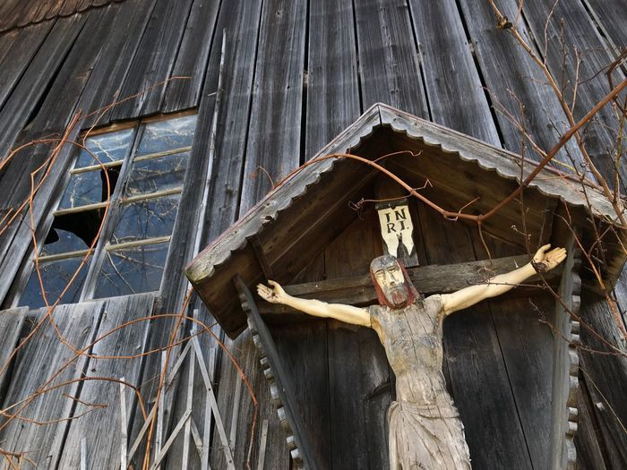 Jesus on a cross hanging in front of a barn in Bavaria Germany Kruzifix Katholisch Germany🇩🇪 Bayern Bavarian Alps Jesus Low Angle View Built Structure No People Day Wood - Material Belief Art And Craft Religion Human Representation Spirituality Sculpture Crucifix