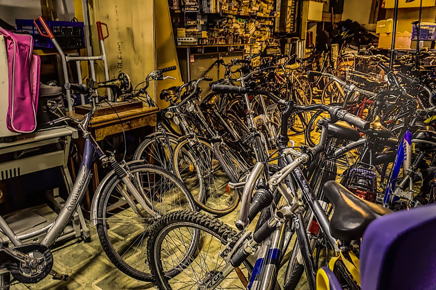 Geordnete Verhältnisse im Second-Hand-Laden. Bicycle Bicycle Shop Business Finance And Industry Day Indoors  Pedal Second-Hand-bicycle Trödelhalle