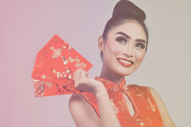 Gong Di Fa Cai Gong Xi Fa Cai Chinese New Year Chinese Culture Chinese Red Color Red Red Lipstick Young Women Human Hand Portrait Beautiful Woman Gift Smiling Women Studio Shot Red Christmas New Year's Eve Ceremonial Make-up New Year's Day New Year Chinatown International Women's Day 2019