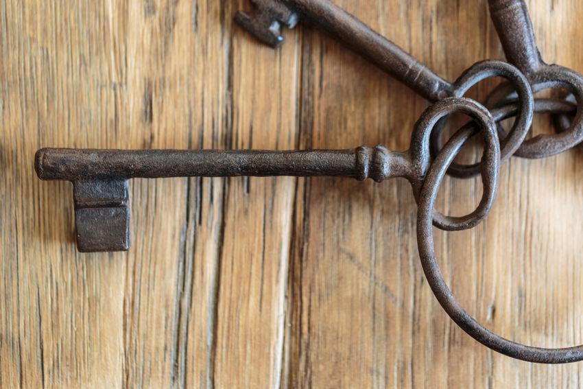 Keys Keys Schlüsselbund Close-up Key No People Old Keys Outdoors Schlüssel Wood - Material