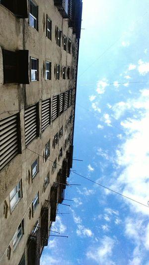 небо⛅️ здание контраст дом небо и здание небо и облака небо и дом