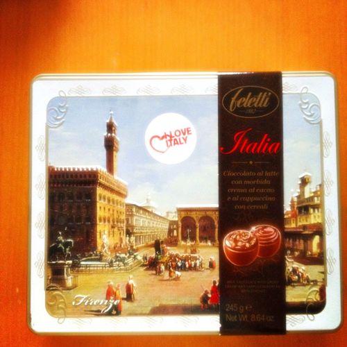 イタリアみやげが届きました。チョコレートです。外国のお菓子は、パッケージが素敵だから好き♡ イタリア おみやげ チョコレート 缶