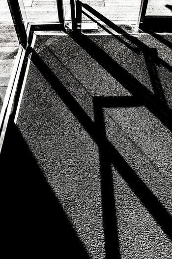 高楼玻璃壁,何异兽樊笼,灼灼白日过,斑斑自分明。 sunny Shadow Sunlight Sunny Glass Ground Door