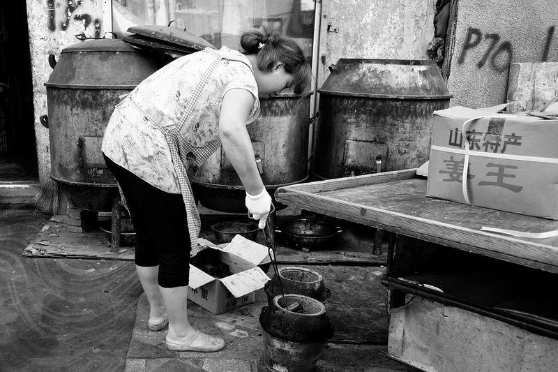 Street Photography Street Harbin China 哈尔滨 哈尔滨道外北三道街04 把木炭放进炉子里
